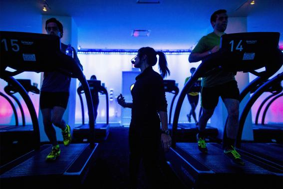 Jessica Desmond, an instructor at the Mile High Run Club (MHRC), leads a class in a Manhattan borough of New York November 14, 2014. REUTERS/Brendan McDermid